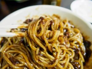 韓国・ソウルのホテルでジャージャー麺(チャジャンミョン)の出前を取って食べました