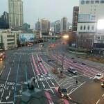 交差点で迷った時は「ピンクの線」に従ってください
