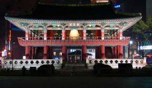 ソウル市、普信閣の鐘撞きで2017年を迎える