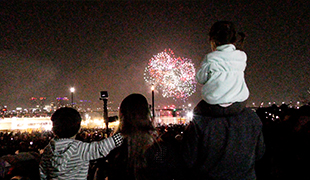 世界最大の花火祭りに行った子供たち