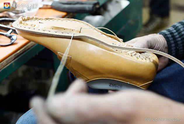 東方神起ユンホ、ソンスドン(聖水洞)の手作り靴を履くキャンペーン参加スターに一番乗り