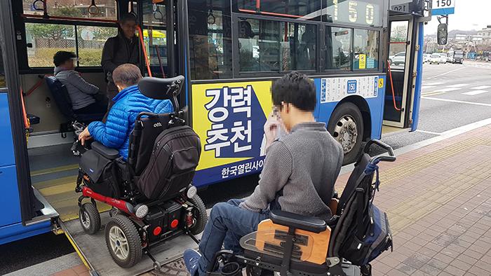 ソウル市、車椅子を利用する交通弱者が「低床市内バス」を利用する際、事前電話予約を可能に