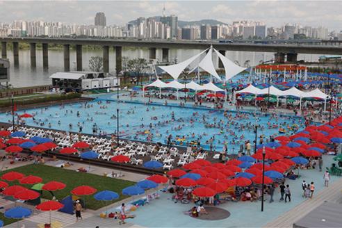 ハンガン(漢江)公園の野外プールを開場
