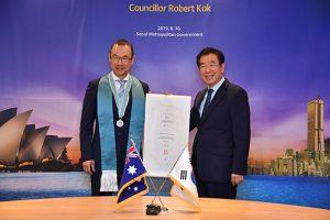 ソウル市長、シドニー市のロバート・コック市議員に名誉市民証授与