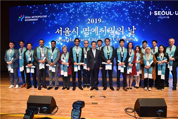 ソウル市、18名の外国人を「ソウル市名誉市民」に