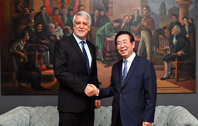 パク・ウォンスン(朴元淳)市長、コロンビア「韓国戦参戦記念塔」追慕・献花