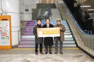 地下鉄駅の階段を歩いて寄付をする「アート健康寄付階段」、障害のある芸術家をサポート