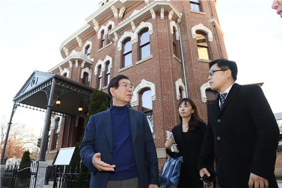 パク・ウォンスン(朴元淳)市長、自主外交の象徴「駐米大韓帝国公使館」訪問