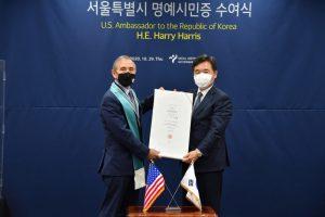 ソウル市長権限代行、ハリー・ハリス駐韓米国大使にソウル市の名誉市民証を授与