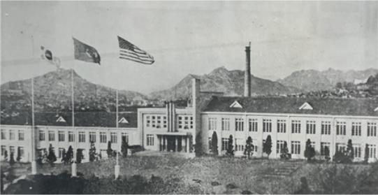 1955年、海兵隊司令部本館(左から太極旗、国際連合旗、星条旗)
