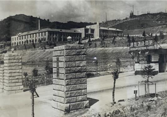 1955年、釜山からソウルに移設された海兵隊司令部(正門、司令部本館、初代教会)