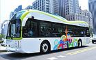 ピーナッツ型の大型エコ電気バスが南山を走る