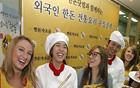 外国人が参加する韓国産豚料理体験でソウルの魅力をPR