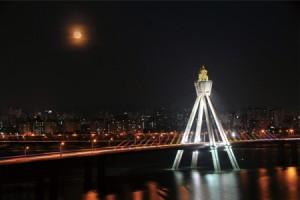 オリンピック大橋の上から眺める満月